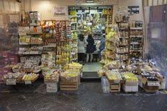 SORRENTO WŁOCHY, LISTOPAD 6 -: turysta w dogodność sklepie przy Sorrento kupienia produktem grodzki podpis na Listopadzie 6, 2016 obraz royalty free