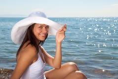 Sorride la ragazza sulla spiaggia Immagini Stock Libere da Diritti
