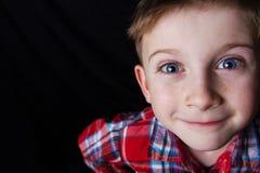 Sorridendo bello ragazzino felice e allegro, esaminante macchina fotografica Cl fotografia stock libera da diritti