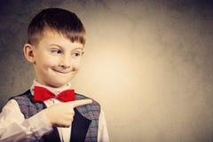 Sorridendo bello ragazzino felice e allegro, esaminante macchina fotografica Cl immagine stock libera da diritti