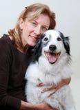 Sorridendo, donna amichevole che abbraccia cane Fotografia Stock Libera da Diritti
