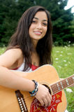 Sorridendo e giocando chitarra Fotografie Stock