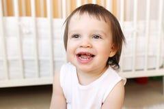 Sorridendo 18 mesi di bambino a casa Immagini Stock