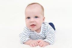 Sorridendo 3 mesi di neonata che si trova sulla pancia Fotografia Stock Libera da Diritti