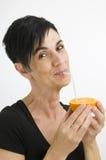 Sorridendo per l'arancia dolce Immagine Stock