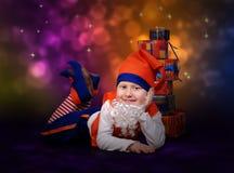 Sorridendo poco gnome con i contenitori di regalo Fotografie Stock Libere da Diritti