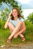 Sorridendo pre ragazza dell'adolescente che rivolge allo smartphone, all'aperto Fotografia Stock Libera da Diritti