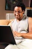 Sorridendo sul calcolatore Fotografie Stock Libere da Diritti