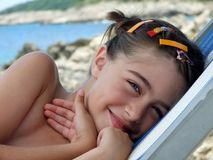 Sorridendo sulla spiaggia Immagini Stock Libere da Diritti