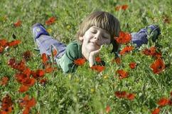 Sorridendo in un campo dei Anemones Immagini Stock