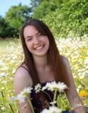 Sorridendo in un campo delle margherite Fotografie Stock Libere da Diritti