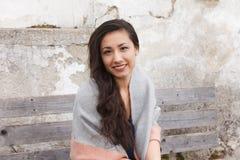 Sorridere all'aperto della donna asiatica alla macchina fotografica Fotografia Stock