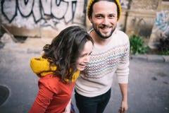 Sorridere alla moda delle coppie Fotografia Stock