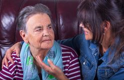 Sorridere anziano della figlia dell'adulto e della madre immagini stock libere da diritti