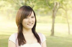 Sorridere asiatico dello studente della studentessa di college Fotografia Stock Libera da Diritti