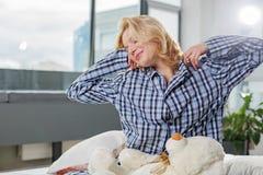 Sorridere Awaken biondo a letto Fotografia Stock Libera da Diritti