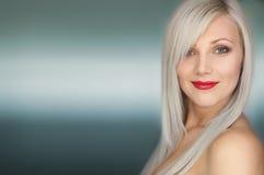 Sorridere biondo sexy della donna dei capelli lunghi del ritratto Fotografie Stock
