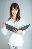 Sorridere castana con un libro aperto Fotografie Stock Libere da Diritti