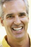 sorridere centrale invecchiato del ritratto dell'uomo della macchina fotografica Immagine Stock