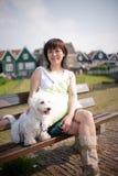 sorridere cinese della ragazza del cane fotografia stock libera da diritti