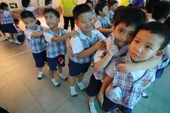 Sorridere degli studenti di asilo Immagini Stock