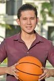 Sorridere del giocatore di Minority Male Basketball dell'atleta fotografia stock libera da diritti