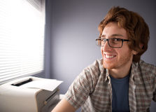 Sorridere del tipo del nerd fotografie stock libere da diritti