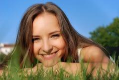 sorridere dell'erba della ragazza Immagine Stock Libera da Diritti