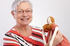 Sorridere della bambola di panno della holding della nonna Fotografia Stock Libera da Diritti