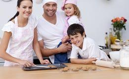 sorridere della cucina della famiglia di cottura Fotografia Stock
