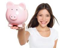 Sorridere della donna di risparmio del porcellino salvadanaio felice Fotografie Stock Libere da Diritti