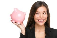 Sorridere della donna di risparmio del porcellino salvadanaio felice Immagine Stock