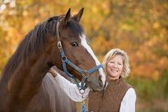 Sorridere della donna e del cavallo Fotografia Stock Libera da Diritti