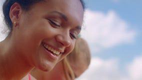 Sorridere della donna Fronte sorridente Sorridere della donna di afro Sorriso della donna del mulatto stock footage