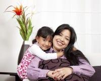 Sorridere della ragazza e della madre Immagini Stock Libere da Diritti