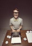 Sorridere dello studente del nerd fotografie stock libere da diritti