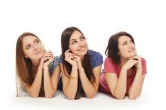 Sorridere di menzogne degli amici di ragazze sul pavimento Fotografie Stock