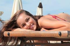 Sorridere di menzogne della bella ragazza bionda sulla spiaggia Immagini Stock Libere da Diritti