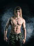 Sorridere di modello maschio senza camicia Fotografia Stock