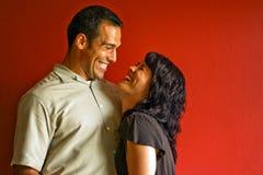 Sorridere di risata delle coppie adulte fotografia stock libera da diritti