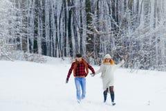 Sorridere di risata felice coppie amorose integrali del colpo delle belle allegro tenendosi per mano correre lungo la passeggiata Fotografia Stock