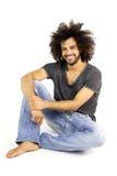 Sorridere di seduta dell'uomo fresco felice isolato Fotografie Stock