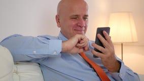 Sorridere di Text Using Cellphone dell'uomo d'affari felice e rilassato stock footage