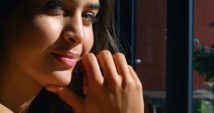 Sorridere esecutivo femminile nel self-service 4k stock footage