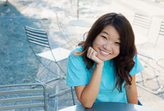 Sorridere esterno delle giovani donne Immagine Stock