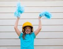 Sorridere felice cheerleading della ragazza dei poms del pom di baseball Immagini Stock