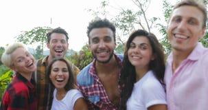 Sorridere felice dei giovani prende ad amici della foto di Selfie il primo piano del gruppo di corsa della miscela che posa all'a archivi video