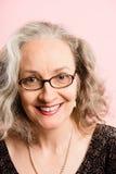 Alta definizione della donna del ritratto di rosa della gente reale felice del fondo Immagine Stock Libera da Diritti