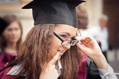 Sorridere felice dell'allievo di graduazione Fotografia Stock Libera da Diritti