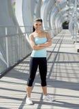 Sorridere felice della donna ispanica attraente allegro sul ponte urbano della città del metallo Fotografia Stock